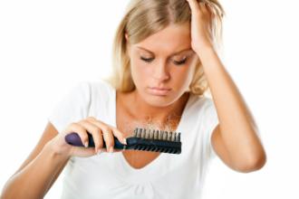 Padání vlasů: Vliv ročních období a hormonů