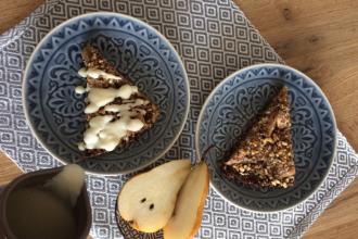 Zdravé vaření: Vločkový koláč s hruškami a lískovými oříšky